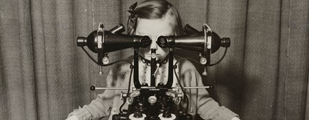 A child sitting at the synoptoscope